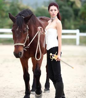 美女骑马帅气柔美