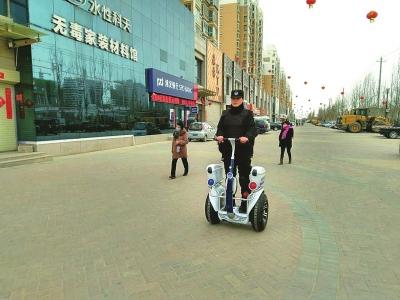 甘肃:兰州新区智能电动平衡车亮相街头辅助执法