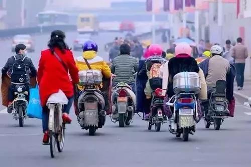 电动车载客屡禁不止?下月起整治电动自行车、三轮车等拉客行为