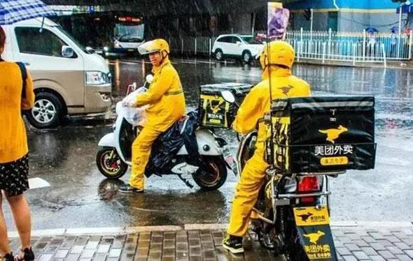 大雨无情人有情,雨天互助暖人心!