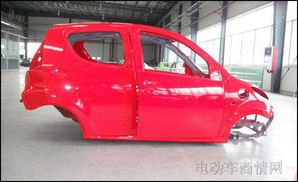 (1)车壳质量不过关,不能让整车企业满意。   低速电动汽车的安全问题一直是困扰整个行业的难题。防撞车身和更加坚实的车壳是维护消费者安全出行的基本配置。然而在低速电动汽车领域,国家相关部门迟迟没有相关的质量标准正式出台,从而导致行业内产品生产良莠不齐,浑水摸鱼者众。缺乏行业监管的车壳生产目前来说仍然处于一种十分粗放的生产模式下,靠着低成本和低价格来进行营利。在这种盈利模式下,产品的质量很难保证。而随着消费者对低速电动汽车安全和质量方面的要求越来越高,普通车壳的质量也已经越来越难以满足整车企业的需求。而