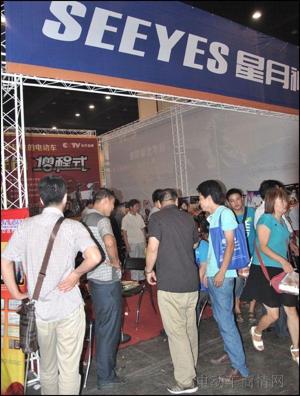 星月神增程式电动车亮相郑州展会