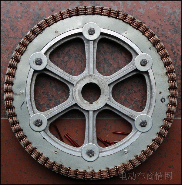 首先让我们来回顾一下电动车电机的发展史,自1998年以来,以千鹤、大陆鸽和绿源为首的电动车企业推出的电动自行车电机均为直流有刷永磁电机,电机绕组有多线并绕的直驱型直流有刷轮毂电机,也有印制电路板形式的有刷有齿轮毂电机。因此,从绕组结构方面来看,印制电路板电机可以说是最早的单线电机了。   随着科学技术的不断发展,在2003年前后,以永磁体为外转子的无刷直流电机和控制系统诞生了,有刷直流轮毂电机则逐渐的淡出市场了,电动自行车电机的功率也从最早的180瓦逐渐上升到现在的500瓦甚至800瓦以上,在目前逐渐