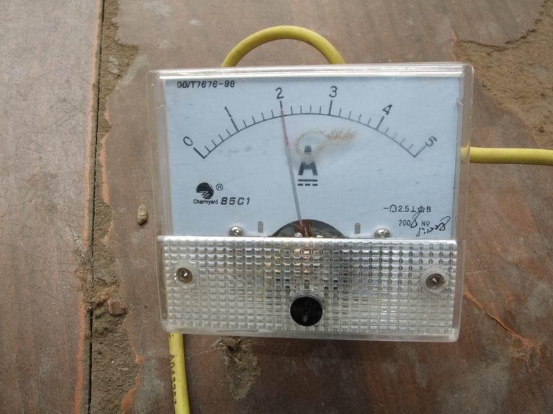 减去4只充电电池的总电压48V=24V时,充电器可以正常工作,在放电过程中两只电池的电压会持续下降,充电的电池电压又在持续上升,当充电电池的总电压高于充电器的转换电压44.4V时,充电器就会转为绿灯停止工作。为了可以使充电器持续2A工作,可以调节减少一只充电电池的电压使充电器可以继续工作。  48V充电器操作方法介绍 如果调节了充电电池电压后充电器又转绿灯,可继续减少充电电池,使之达到工作状态,此时应注意放电电池的电压和时间方便计算电池容量。  48V充电器充电2只,3只电池时电流值可以达到2.